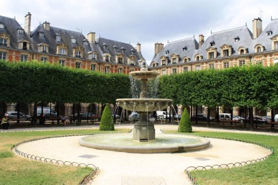 la place des Vosges, paris, marais, aavtravel