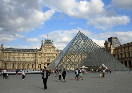 louvre, pyramides, paris, aavtravel